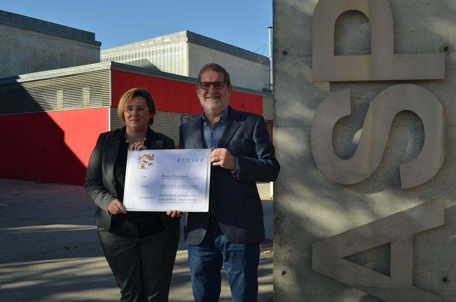 Julio Herrero recoge el cheque de la donación del Mesón Maryobeli