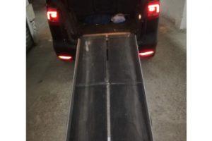 rampa extendida en la parte trasera de un coche