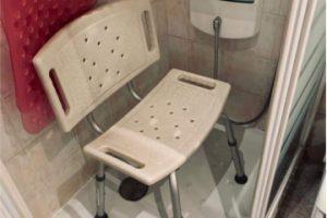 Silla geriátrica en la ducha