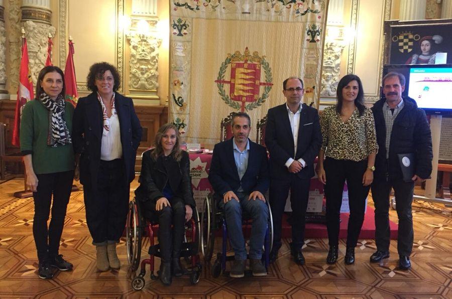"""Representantes del Ayuntamiento y de ASPAYM CyL posan en la presentación de """"Valladolid Accesible"""""""