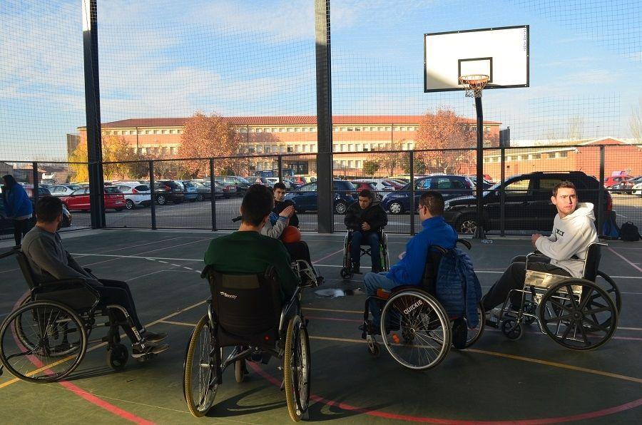Jóvenes juegan al baloncesto adaptado