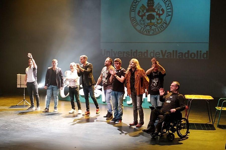 Los humoristas de la Gala del Humor de ASPAYM CyL saludan al público desde el escenario