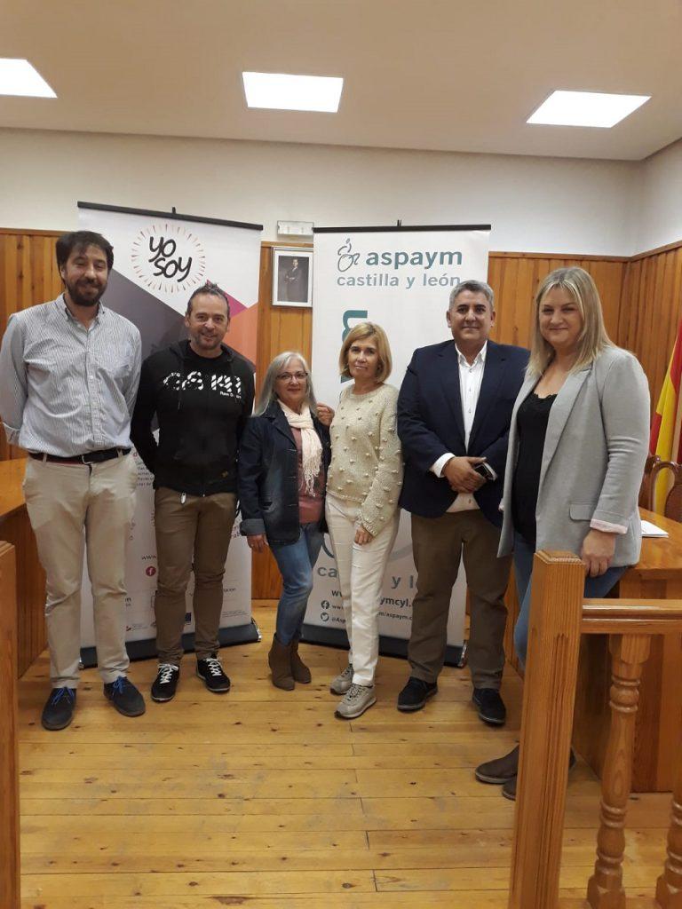 Miembros de ASPAYM posan en el Ayuntamiento de Portillo con representantes de la institución