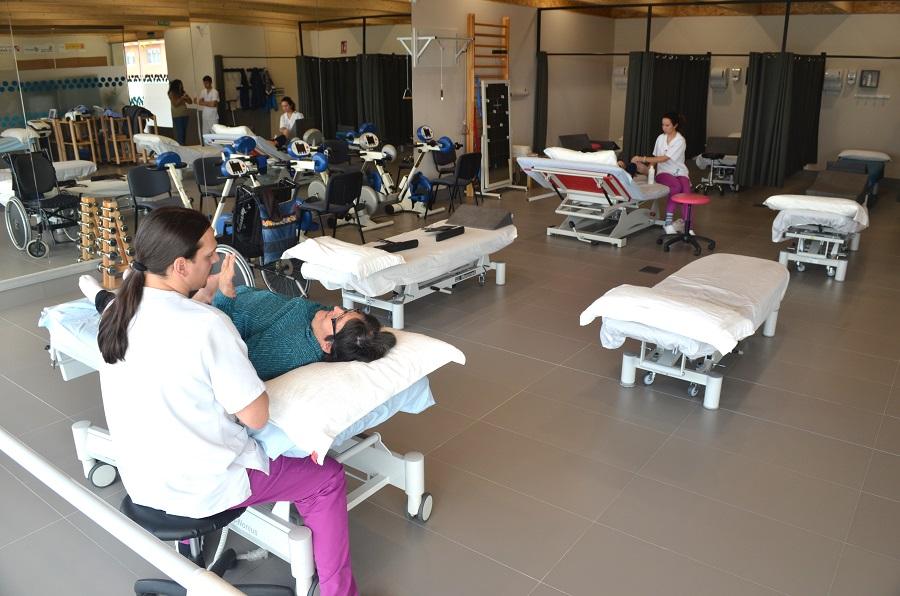 Gente realizandose tratamientos en el gimnasio de la sede de ASPAYM Ávila