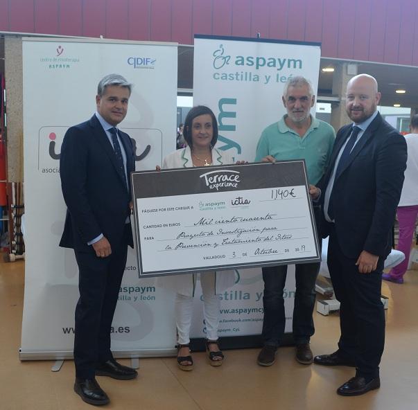 Anabel Pérez y Chema de la parte posan con el cheque de la donación y representantes del AC Palacio Santa Ana