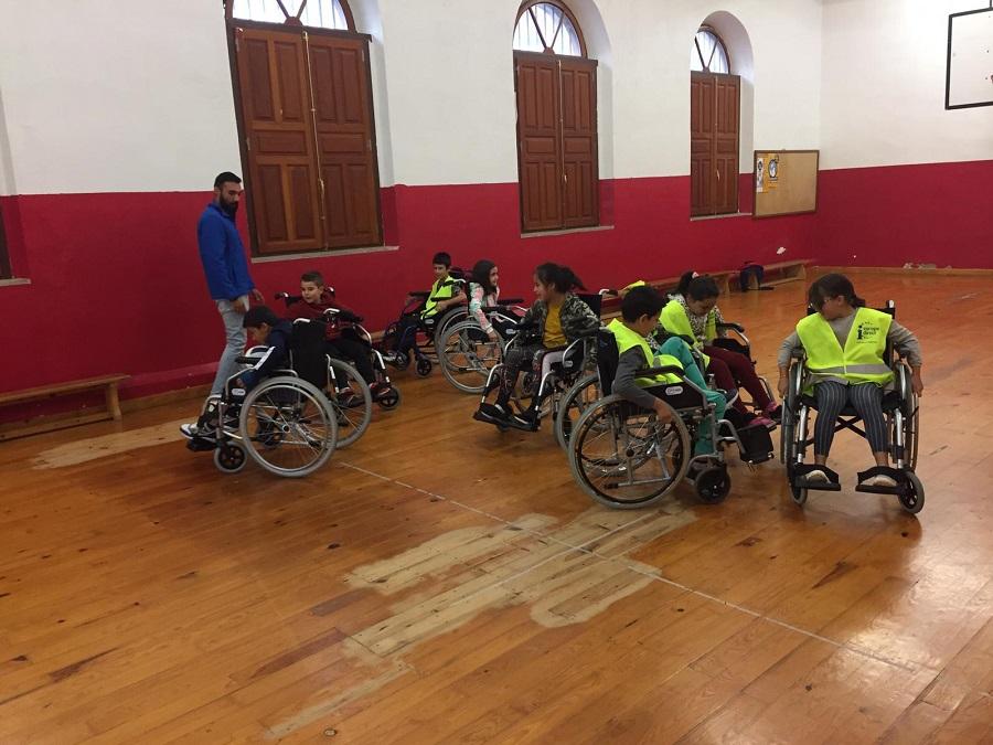 Niños de Palencia juegan al baloncesto en silla de ruedas
