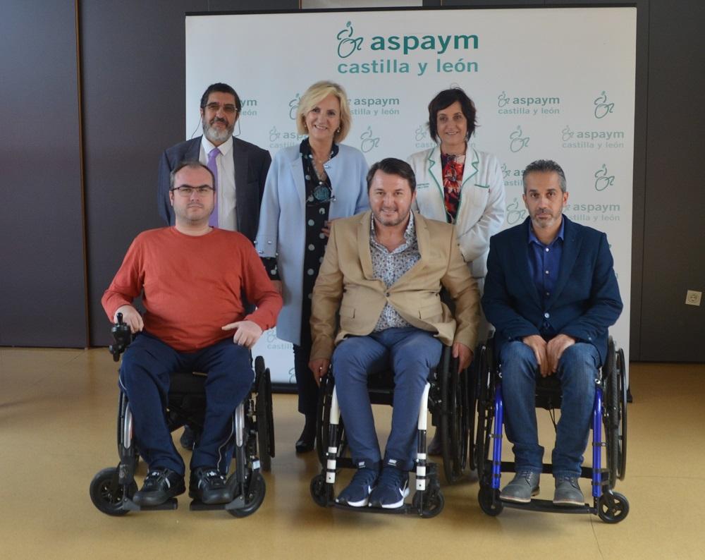 Verónica Casado posa con miembros de ASPAYM Castilla y León