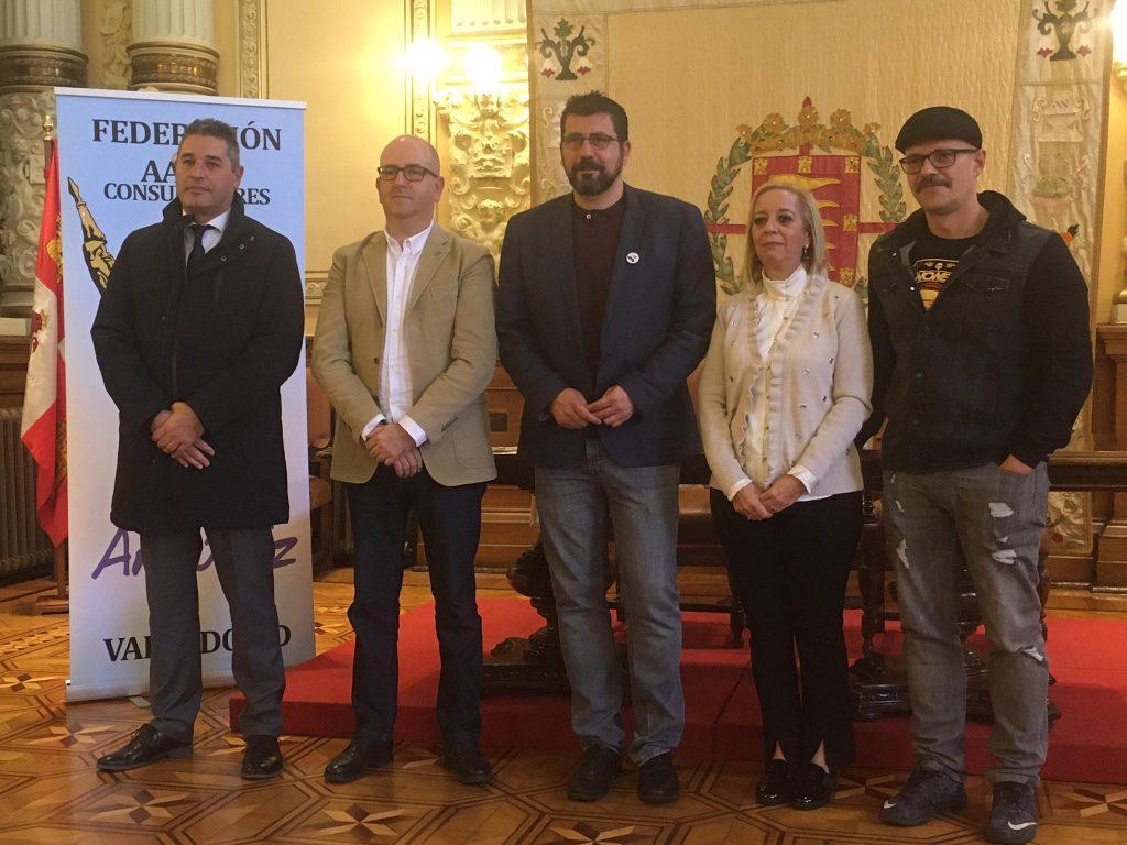 Los galardonados con los Premios Conde Ansurez posan con el concejan Alberto Bustos en el salón del Ayuntamiento