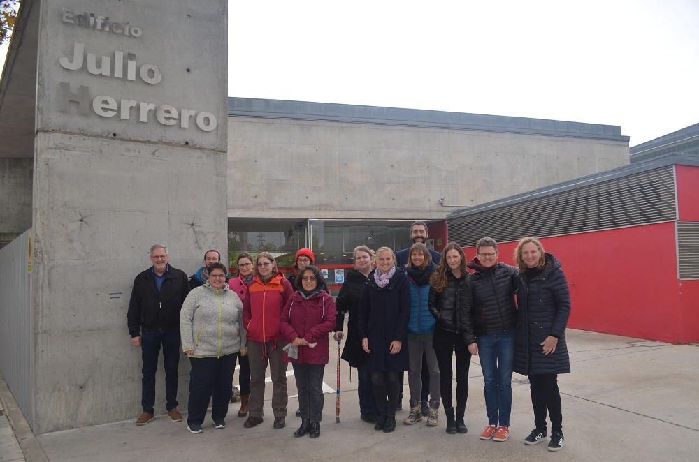 Miembros del proyecto iExpress posan en la entrada de la sede de Valladolid