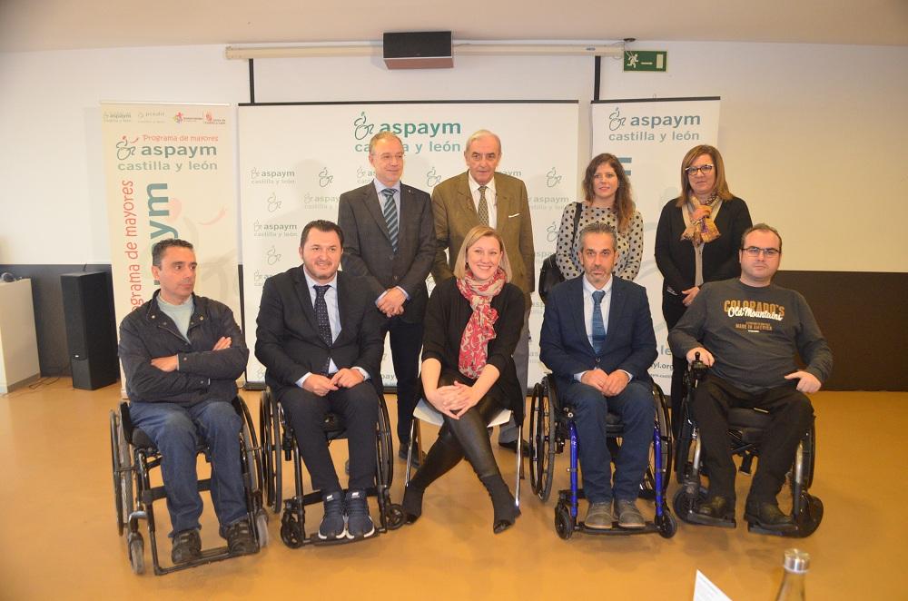 Isaber Blanco y su equipo posan con miembros de ASPAYM Castilla y León