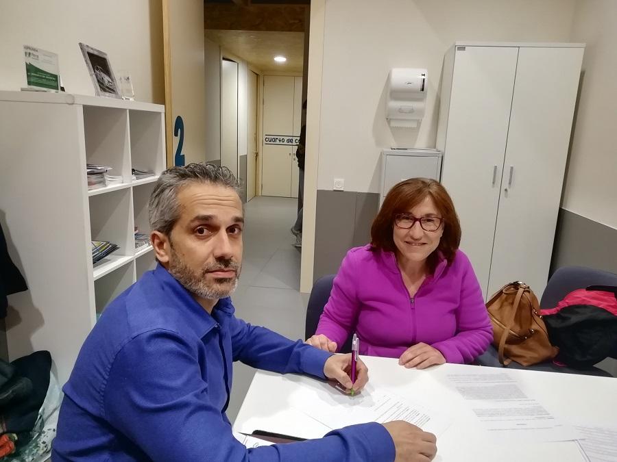 Ángel de propios firma el convenio con la representante del colegio de trabajo social de Ávila