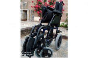 silla de ruedas medio plegada en color negro