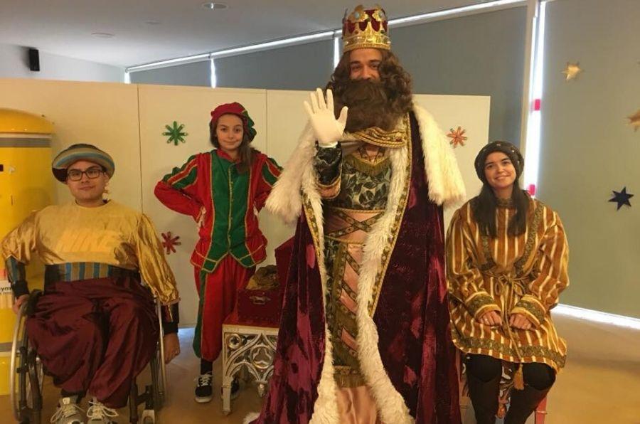 El Rey Mago Gaspar y sus pajes saludan a la cámara