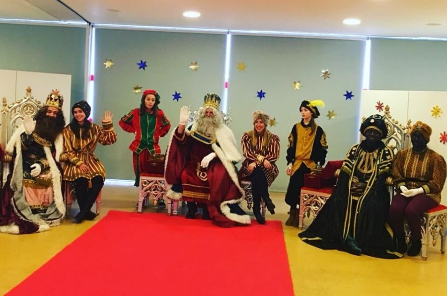 Sus Majestades los Reyes Magos y sus pajes saludan a la cámara