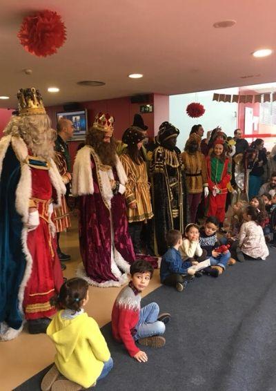 Los niños que se acercaron a dejar sus cartas a los Reyes Magos posan con sus Majestades