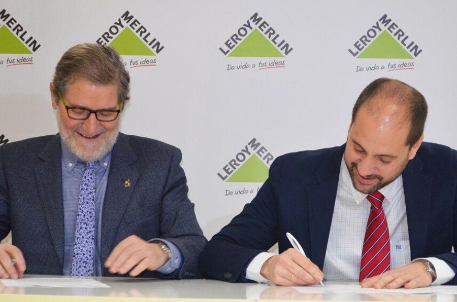 Representantes de ASPAYM CyL y Leroy Merlín en la firma del convenio