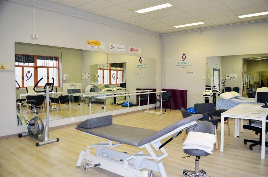 Instalaciones del centro FISIOMER Villadiego con camillas y espejo