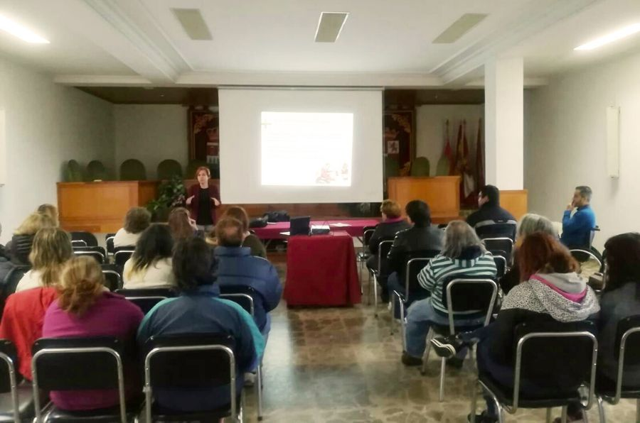 Participantes en la jornada Yo Soy en Sotillo de la Adrada atendiendo a la explicación