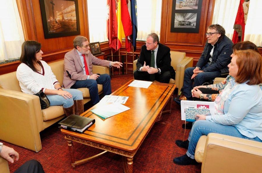 Representantes de los organismos reunidos para realizar la auditoría de accesibilidad de León