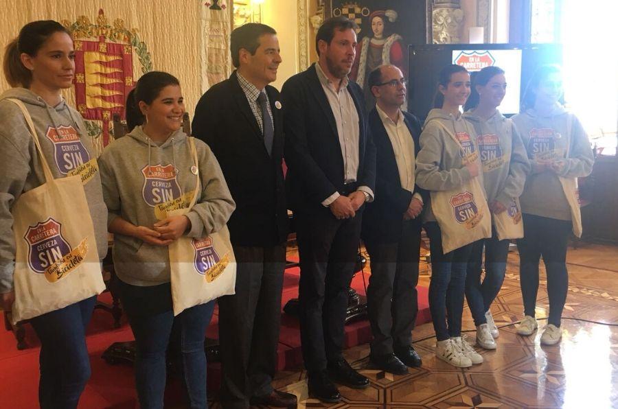 El alcalde de Valladolid posa en la presentación de la campaña