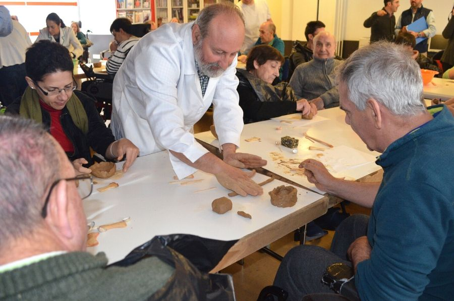 Manuel Rojo enseñando a personas con discapacidad la cerámica prehistórica del Neolítico