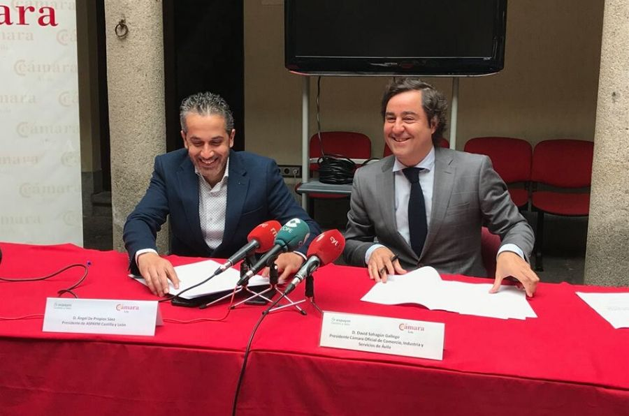 Representantes de ambas entidades en la firma del acuerdo de colaboración