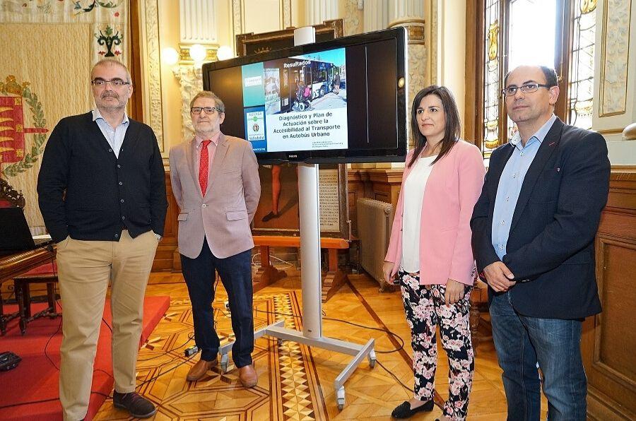 Autoridades y representantes de ASPAYM posan en la presentación del Plan de Actuación sobre Accesibilidad del transporte público urbano
