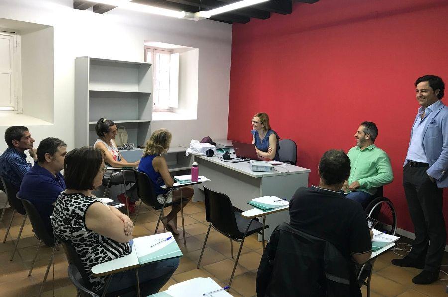 Participante en el curso atienden a la explicación
