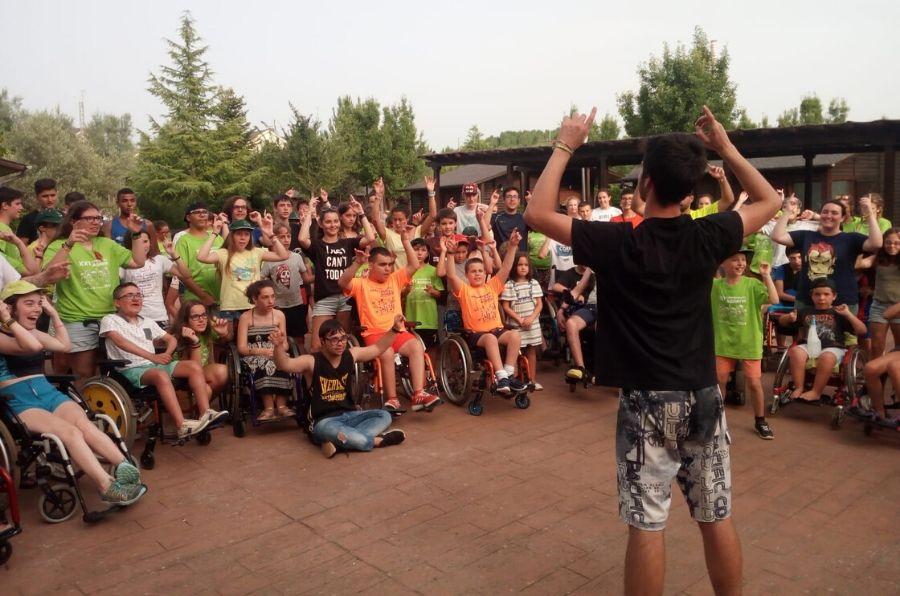Grupo de niños en una actividad del Campamento ASPAYM