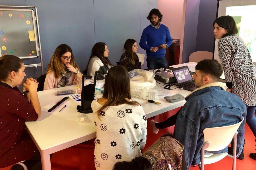 Participantes de la formación atienden a las explicaciones de los formadores de asistencia personal
