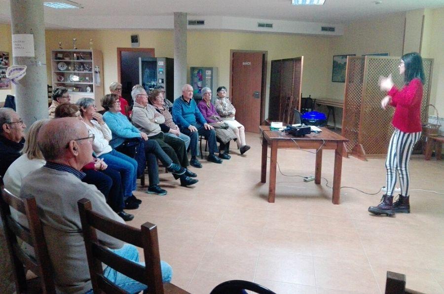 Representante de ASPAYM CyL ante el público del medio rural
