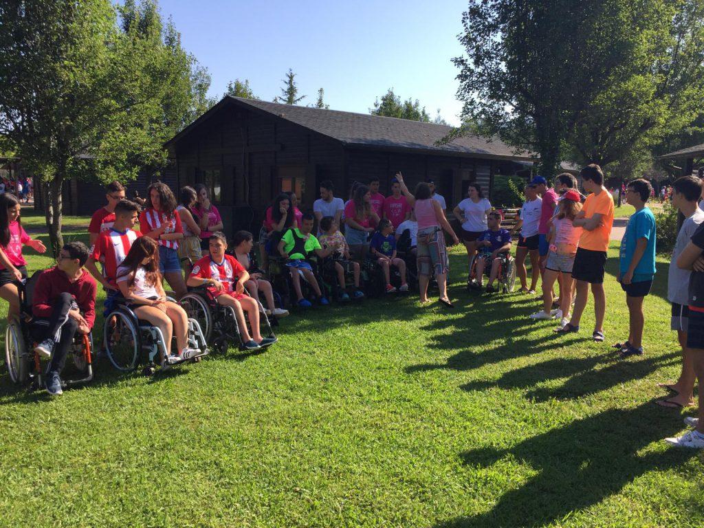 Jovenes asistentes al campamento en una actividad en las instalaciones del albergue