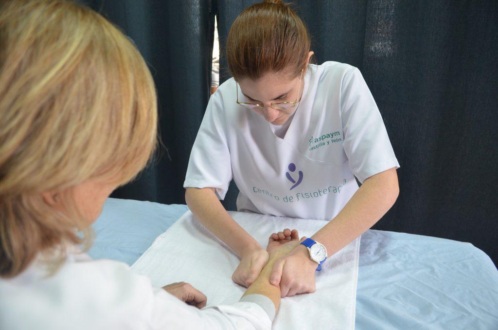 Fisioterapeuta de Paredes haciendo un tratamiento en el brazo a una usuaria