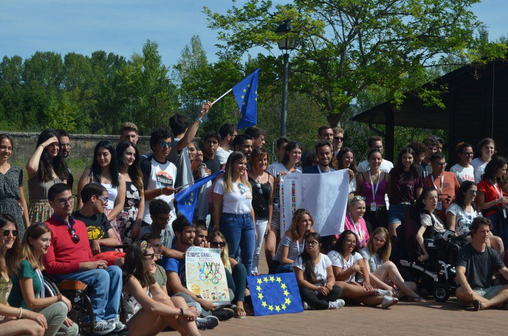 La directora de Juventud de Castilla y León posa con los asistentes al International Summer Festival rodeada de banderas europeas