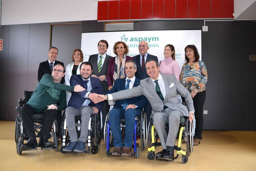 Miembros del PP y de ASPAYM Castilla y León posan juntos en la sede de Valladolid