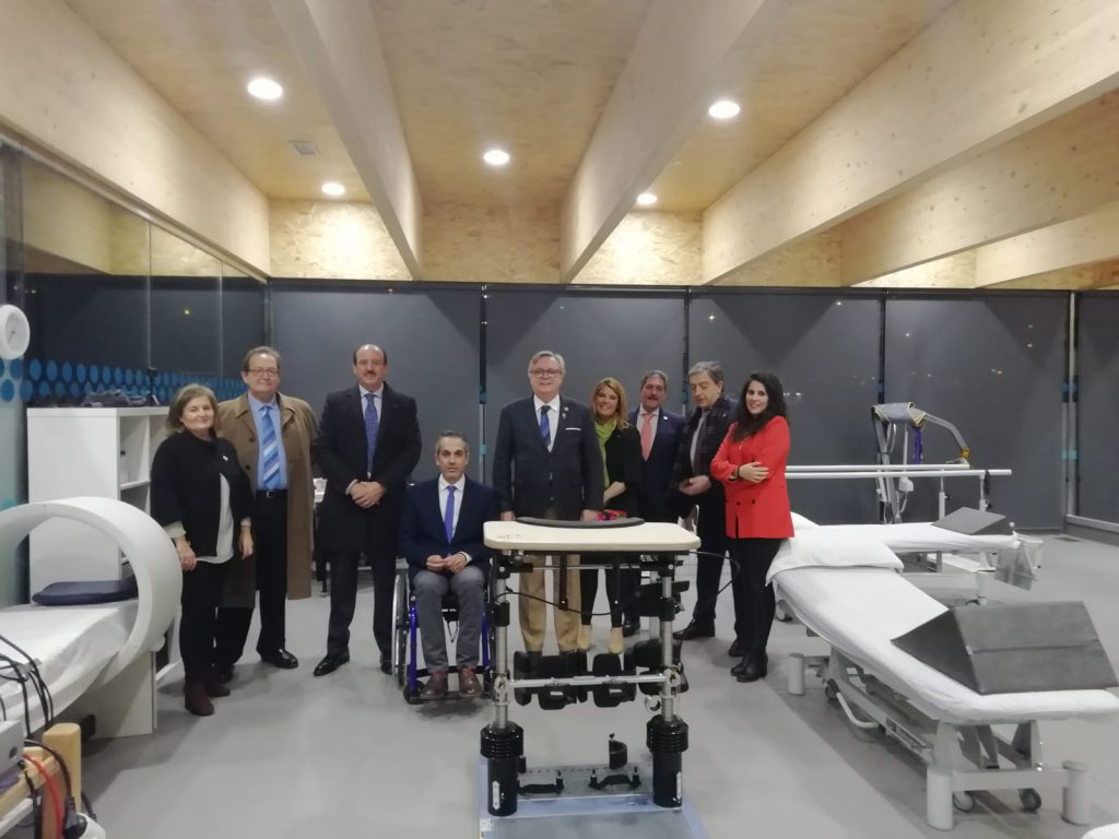 Miembros de ASPAYM y del Club Rotary posan en la sede de Ávila con el Bipedestador