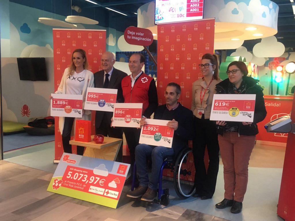 Representantes de las entidades beneficiarias recogen sus cheques en Rio Shopping