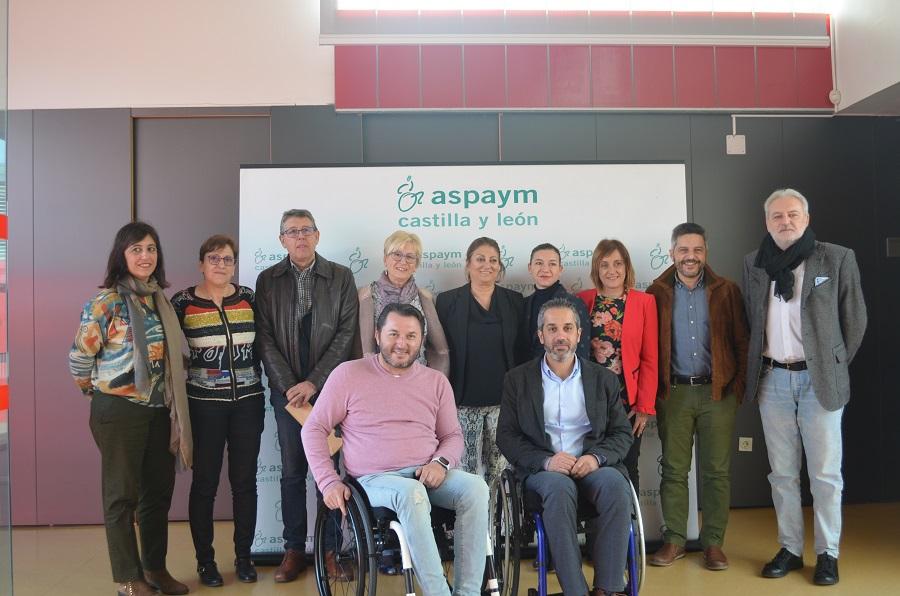 Miembros del PSOE y de ASPAYM Castilla y León posan en la entrada del centro