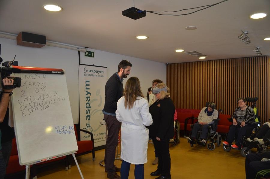 Ana Lima se prueba unas gafas virtuales durante uno de los talleres de ASPAYM Castilla y León