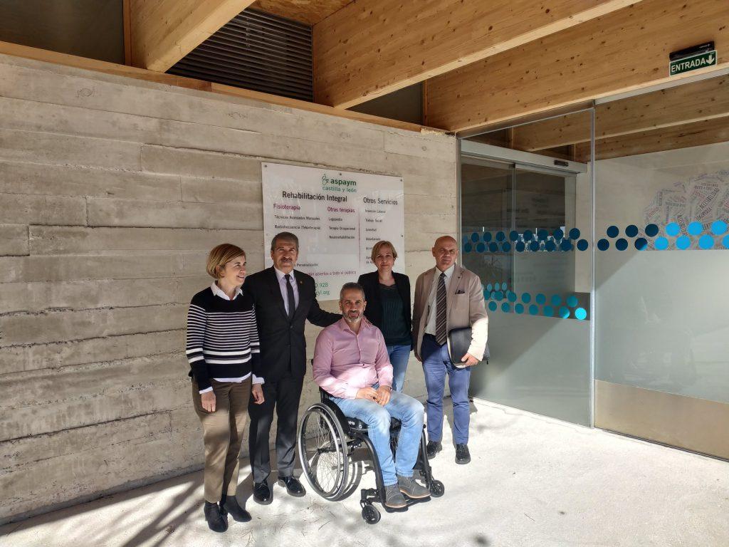 Miembros de CONFAE y de ASPAYM posan en la sede de Ávila