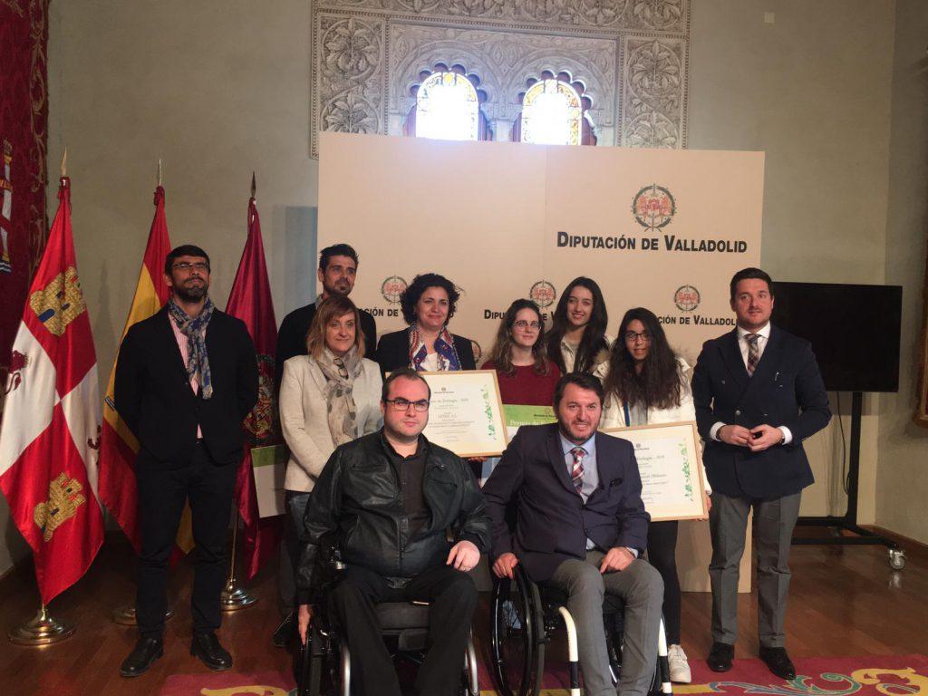 Miembros de ASPAYM Castilla y León posan en la recogida del premio