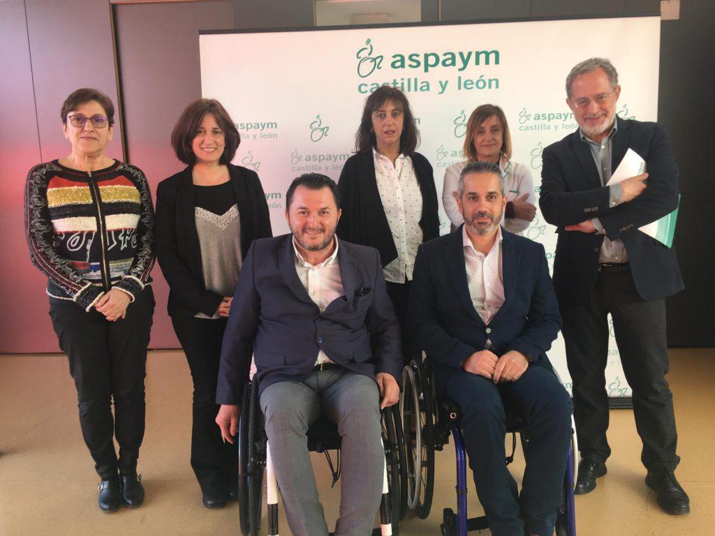 Miembros de ASPAYM Castilla y León y de Valladolid Toma la Palabra posan en el centro de Valladolid