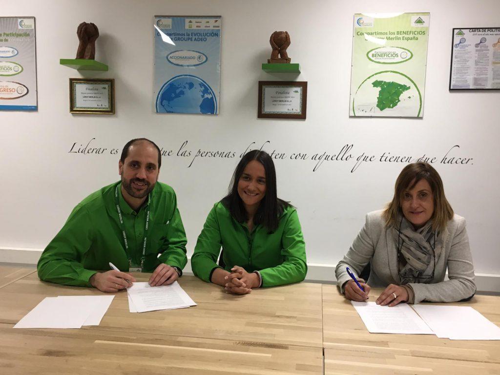 Anabel Pérez, directora de ASPAYM Castilla y León, firma el acuerdo con representantes de Leroy Merlin