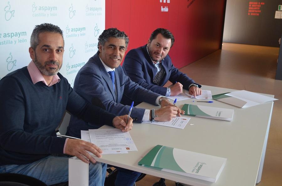 Ángel de Propios y Fran Sardón firman el convenio con el alcalde de Simancas