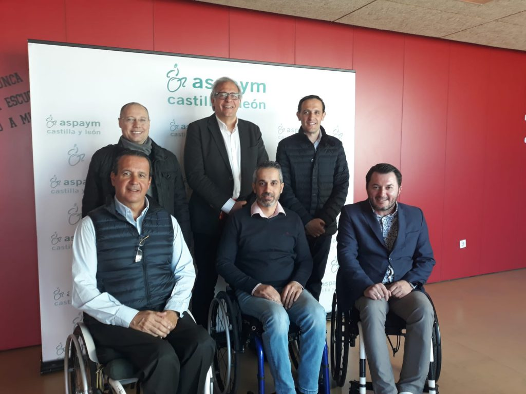 Miembros del PP de Valladolid y de ASPAYM Castilla y León posan tras el desayuno informativo