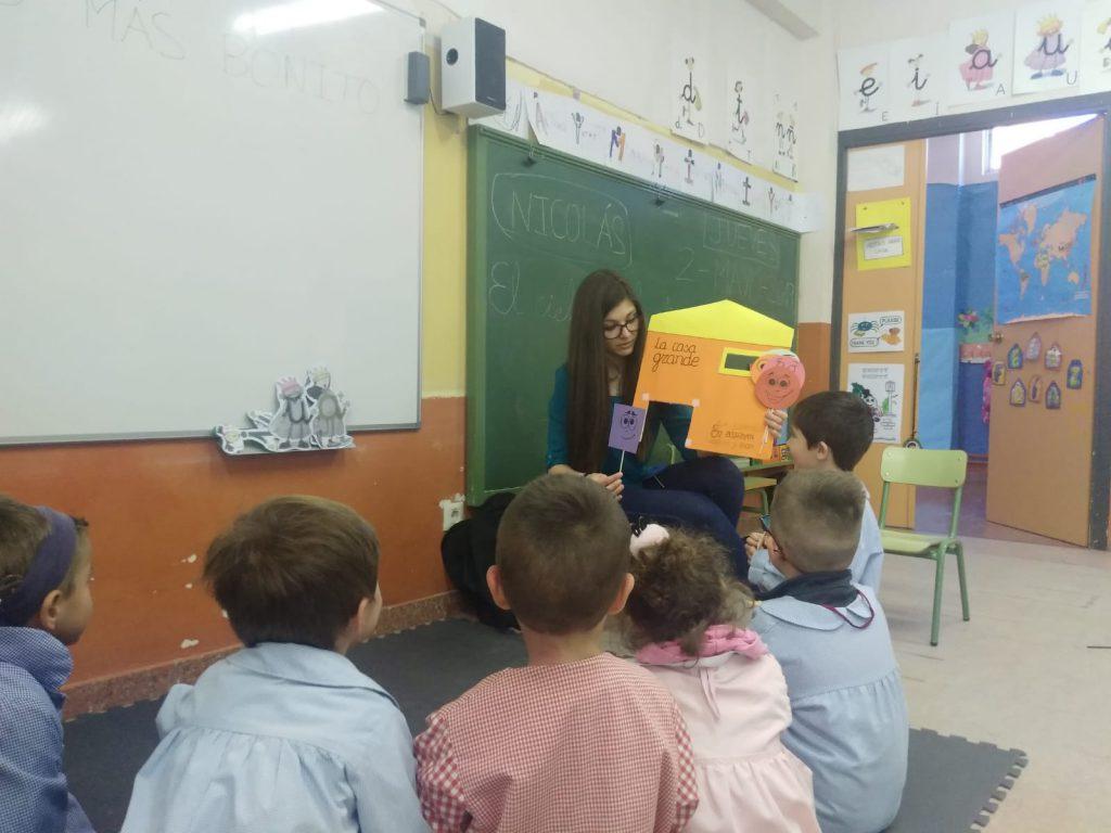 Técnico de ASPAYM Castilla y León realiza el taller con niños pequeños de Matapozeulos