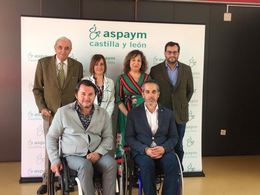 Representantes de ASPAYM y del PSOE posan a la entrada del centro
