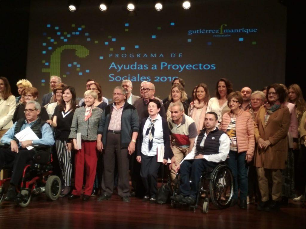 Beneficiarios de la subvención de Fundación Gutiérrez Manrique posan en el escenario