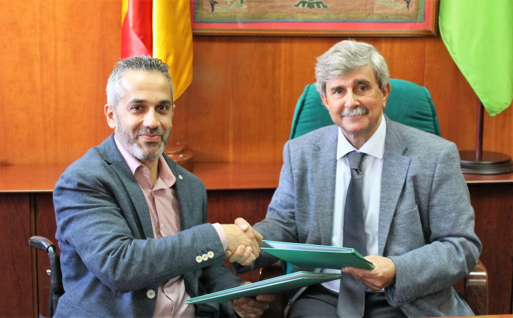Juan Francisco García Marín, Rector de la Universidad de León (ULE), y Ángel de Propios Sáez, Presidente de ASPAYM de Castilla y León se dan la mano