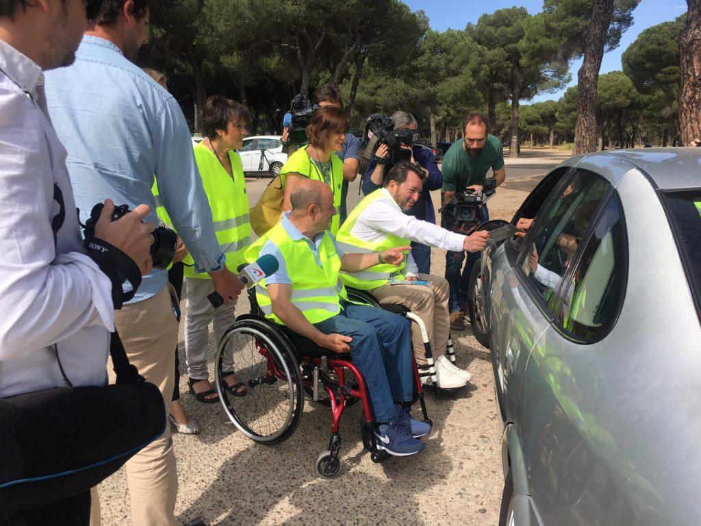 Voluntarios de la Campaña no Corras no Bebas no Cambies de Ruedas informan a uno de los conductores en un control de Valladolid